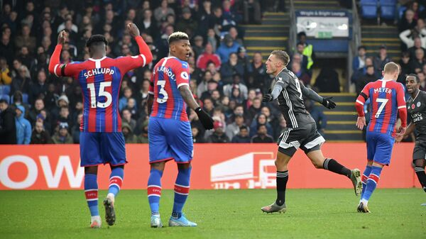Leicester City's English striker Jamie Vardy (2R) celebrates scoring his team's second goal during the English Premier League football match between Crystal Palace and Leicester City at Selhurst Park in south London on November 3, 2019. (Photo by Ben STANSALL / AFP) / RESTRICTED TO EDITORIAL USE. No use with unauthorized audio, video, data, fixture lists, club/league logos or 'live' services. Online in-match use limited to 120 images. An additional 40 images may be used in extra time. No video emulation. Social media in-match use limited to 120 images. An additional 40 images may be used in extra time. No use in betting publications, games or single club/league/player publications. /