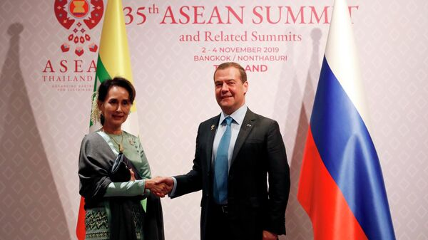 Председатель правительства РФ Дмитрий Медведев и государственный советник, министр иностранных дел Республики Союз Мьянма Аун Сан Су Чжи на саммите АСЕАН