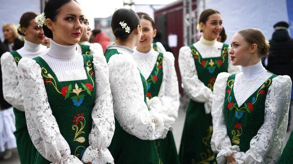 Танцевальный ансамбль на праздновании Дня народного единства в Новосибирске