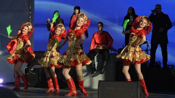 Участники митинга-концерта в рамках празднования Дня народного единства во Владивостоке