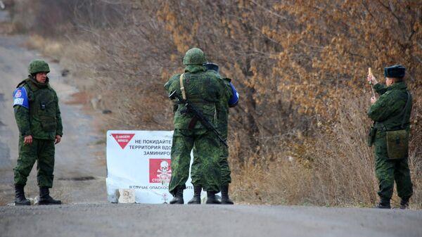 Наблюдатели ОБСЕ и члены СЦКК в селе Петровское в Донецкой области, где должен состояться отвод сил бойцов подразделений ДНР