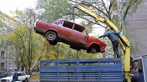 Уборка брошенных на улицах Москвы автомобилей