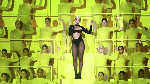 Певица Дуа Липа выступает на церемонии награждения MTV Europe Music Awards