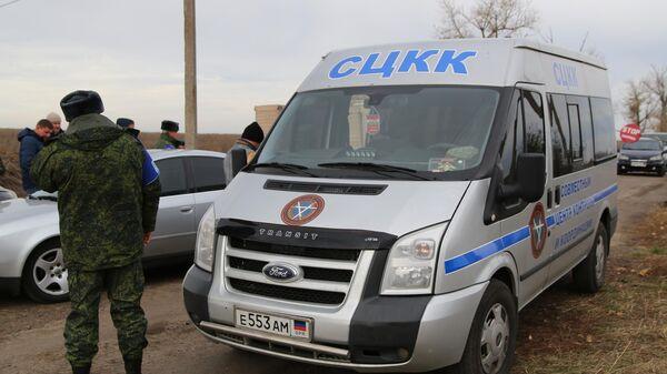 Автомобиль СЦКК в селе Петровское в Донецкой области, где должен состояться отвод сил бойцов подразделений ДНР