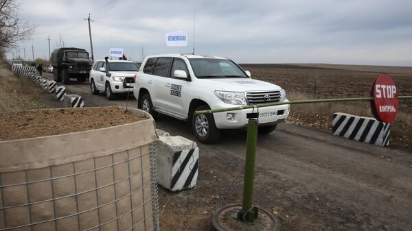 Автомобили специальной мониторинговой миссии ОБСЕ в селе Петровское в Донецкой области