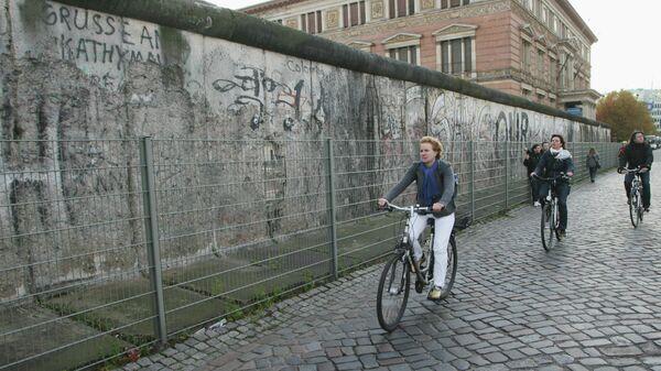 Сохранившаяся часть Берлинской стены, расположенной недалеко от Потсдамской площади.