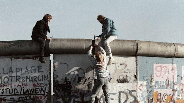 Жители ГДР ломают Берлинскую стену.