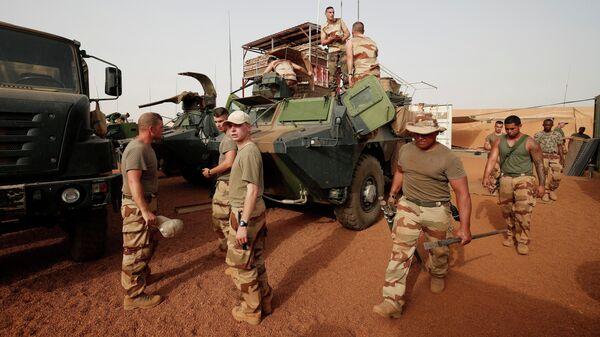 Французские военнослужащие во время антитеррористической операции Бархан в Западной Африке