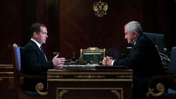 Председатель правительства РФ Дмитрий Медведев и руководитель Федеральной таможенной службы Владимир Булавин