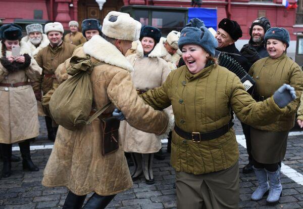 Участники марша, приуроченного к 78-й годовщине парада 1941 года на Красной площади