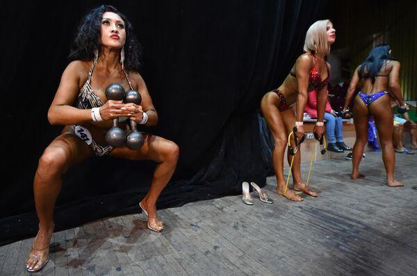 Участницы чемпионата по фитнесс-бикини и бодибилдингу в Бишкеке