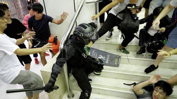 Столкновения протестующих с полицией в торговом центре Гонконга