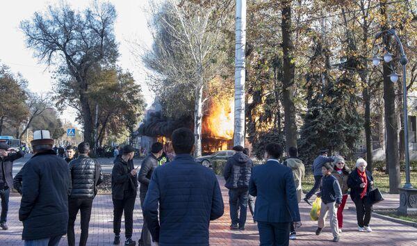 Взрыв в кафе Антошка на пересечении улиц Чуй и Эркиндик в Бишкеке
