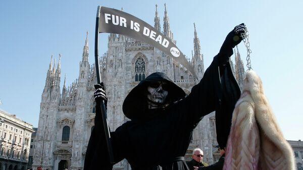 Участница организации по защите прав животных PETA во время акции протеста против использования меха в индустрии моды в Милане, Италия