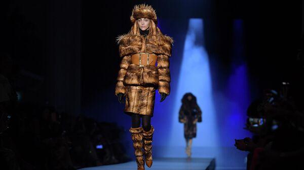 Модель во время показа коллекции Jean Paul Gaultier осень-зима 2019/2020 в Париже