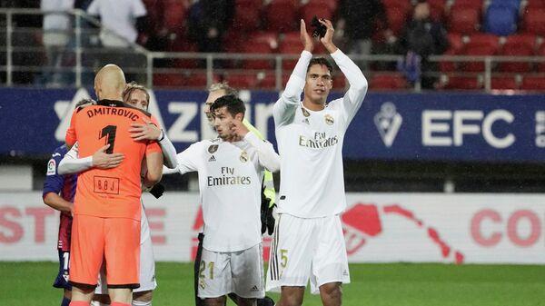 Игрок ФК Реал Мадрид Рафаэль Варан (по центру)