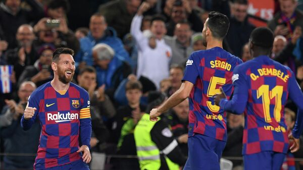 Нападающий ФК Барселона Лионель Месси (слева)