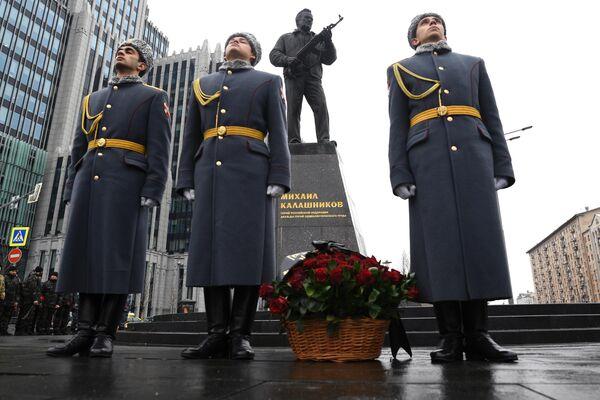 Церемония возложения цветов к памятнику Михаилу Калашникову в Оружейном сквере. 10 ноября 2019