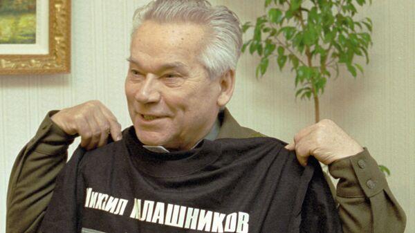 Российский конструктор стрелкового оружия, изобретатель автомата АК-47 Михаил Калашников с подарочной футболкой