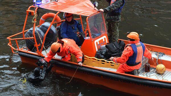 Водолазные работы во время следственных действий на реке Мойке в Санкт-Петербурге