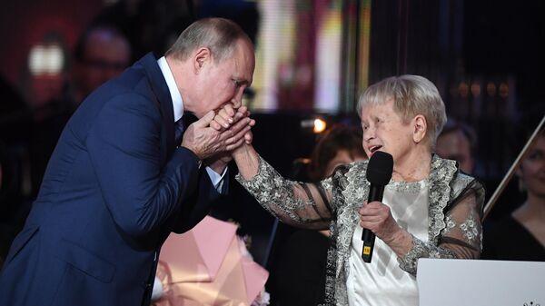 Президент РФ Владимир Путин на юбилейном вечере композитора, народной артистки СССР Александры Пахмутовой, в Большом театре России