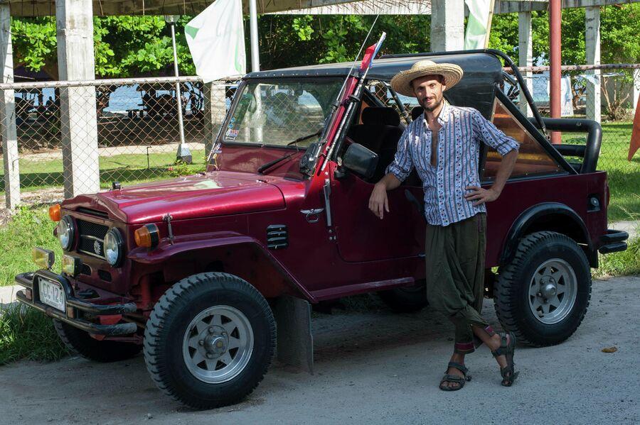 Виталий Сафронов на острове Самал рядом со своим аутентичным автомобилем