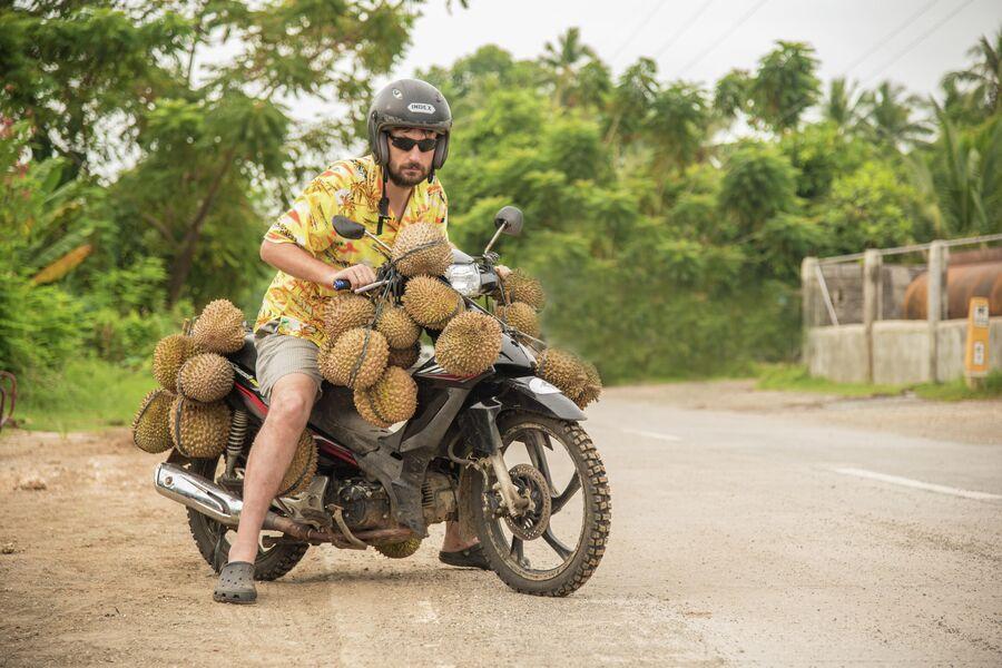 Виталий Сафронов на острове Самал, Филиппины на байке, увешанным дурианами