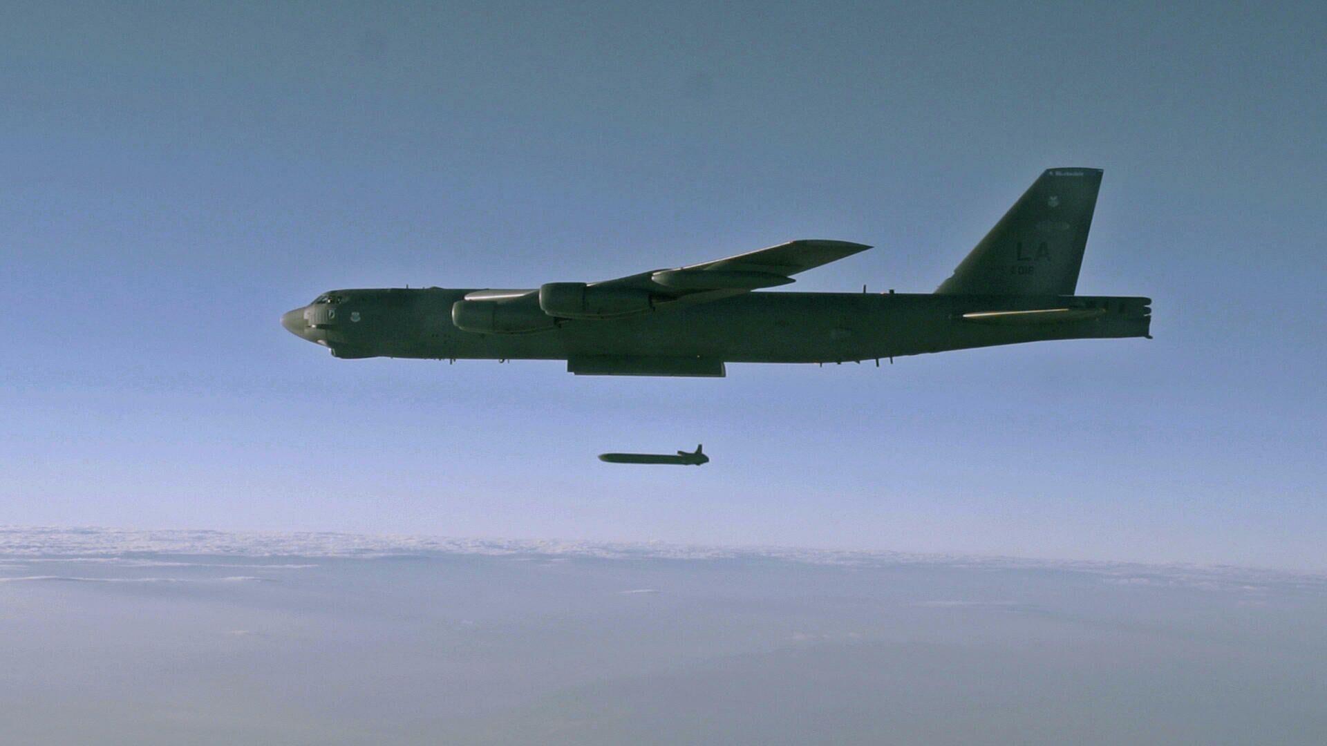 Запуск крылатой ракеты AGM-86B с борта стратегического бомбардировщика B-52H Stratofortress над полигоном для испытаний в штате Юта - РИА Новости, 1920, 10.10.2020