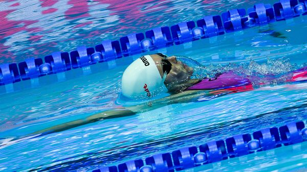 Анастасия Фесикова в соревнованиях по комплексному плаванию на спине на дистанции 100 м среди женщин на XVIII чемпионате мира по водным видам спорта в южнокорейском Кванджу.
