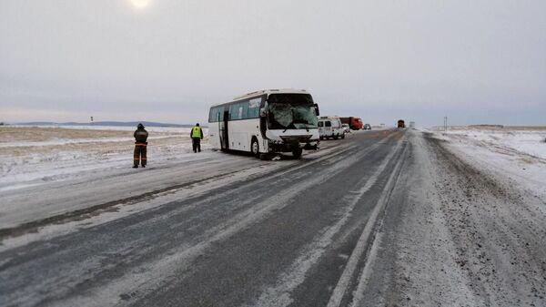 Последствия ДТП на 49 километре автодороги Ачинск-Ужур-Троицкое с участием рейсового автобуса и автомобиля УАЗ