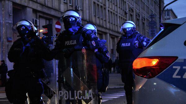 Сотрудники полиции во время марша по случаю Дня независимости Польши в Варшаве