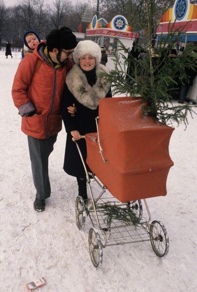 Семья москвичей идет с новогоднего елочного базара
