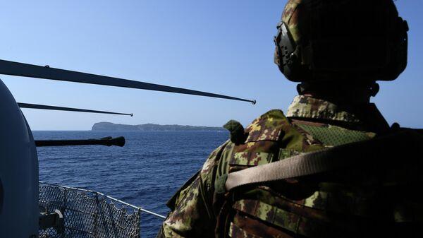 Солдат итальянского флота во время патрулирования территории