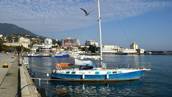 Яхта, пришвартованная к набережной Ялты
