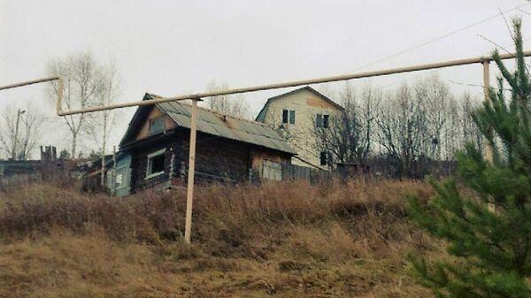 Дом в Усть-Катаве, в котором были взаперти трое детей-подростков (на втором плане)