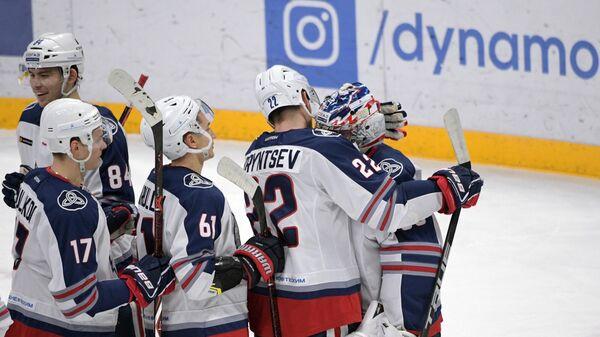 Хоккеисты Нефтехимика радуются победе