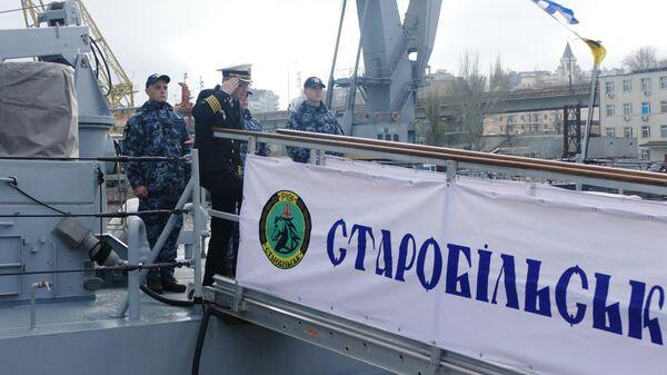 Военнослужащие ВМФ Украины на патрульном катере типа Island Старобельск, переданном США Военно-морским силам Украины, в порту Одессы