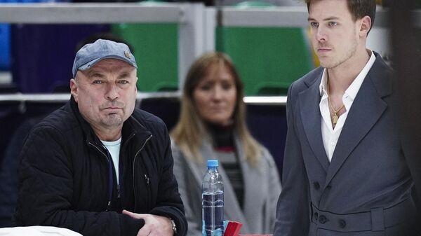 Никита Кацалапов (Россия) и тренер Александр Жулин на тренировке перед соревнованиями V этапа Гран-при по фигурному катанию.