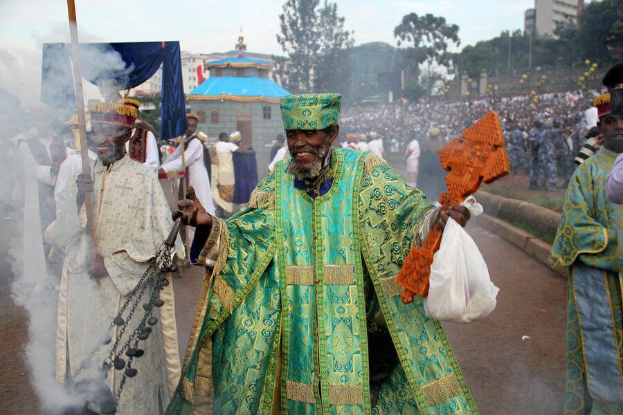 Священник Эфиопской церкви на празднике Мескель. Аддис-Абеба