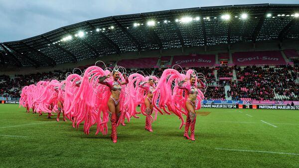 Танцоры Мулен Руж выступают перед матчем по регби между командами Stade Francais и Racing 92, 10 ноября 2019