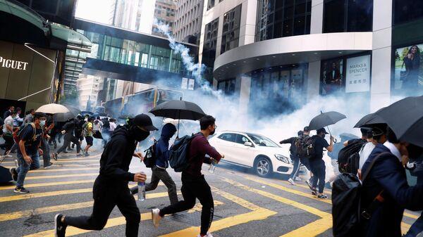 Столкновения протестующих с полицией в Гонконге