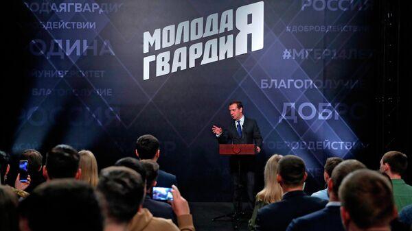 Дмитрий Медведев во время посещения Центрального штаба Всероссийской общественной организации Молодая Гвардия Единой России