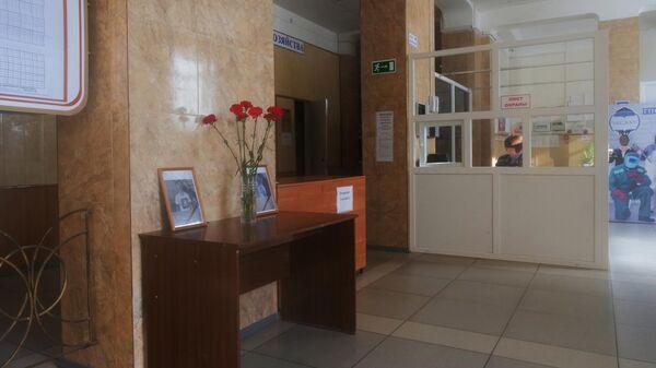 Цветы в холле Амурского колледжа строительства и жилищно-коммунального хозяйства в Благовещенске, где произошла стрельба