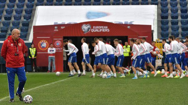 Главный тренер сборной России Станислава Черчесов на тренировке перед отборочным матчем чемпионата Европы по футболу 2020 против сборной Бельгии.