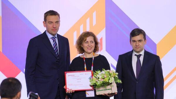 Вручение награды представителю ТМ Округ
