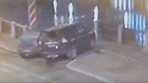 Момент падения автомобиля с детьми в реку в Петербурге попал на видео