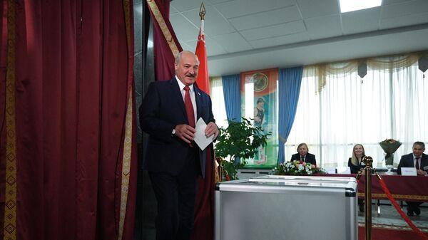 Президент Белоруссии Александр Лукашенко принимает участие в голосовании на выборах депутатов Палаты представителей Национального собрания Белоруссии