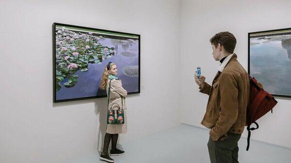 Посетители на выставке Парадиз