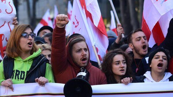 Участники акции протеста в Тбилиси против правящих властей. 17 ноября 2019
