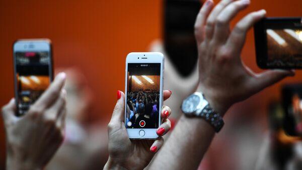 Посетители снимают мероприятие на мобильны телефоны